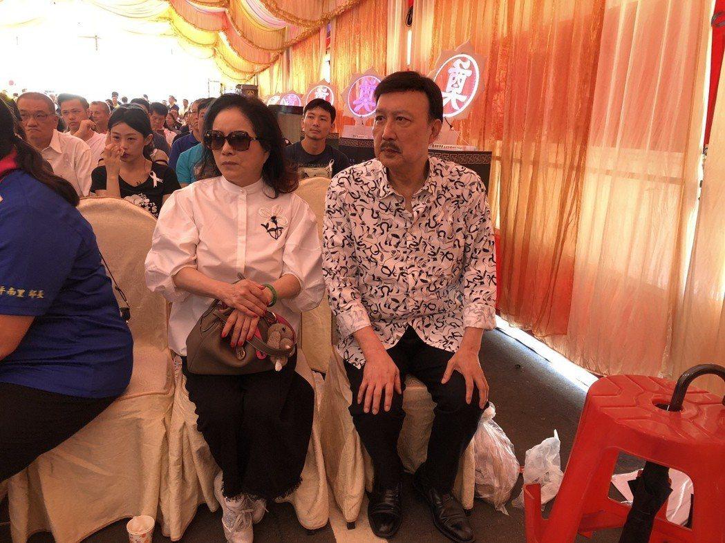 余天(右)、李亞萍夫婦到場致意。記者林士傑/攝影
