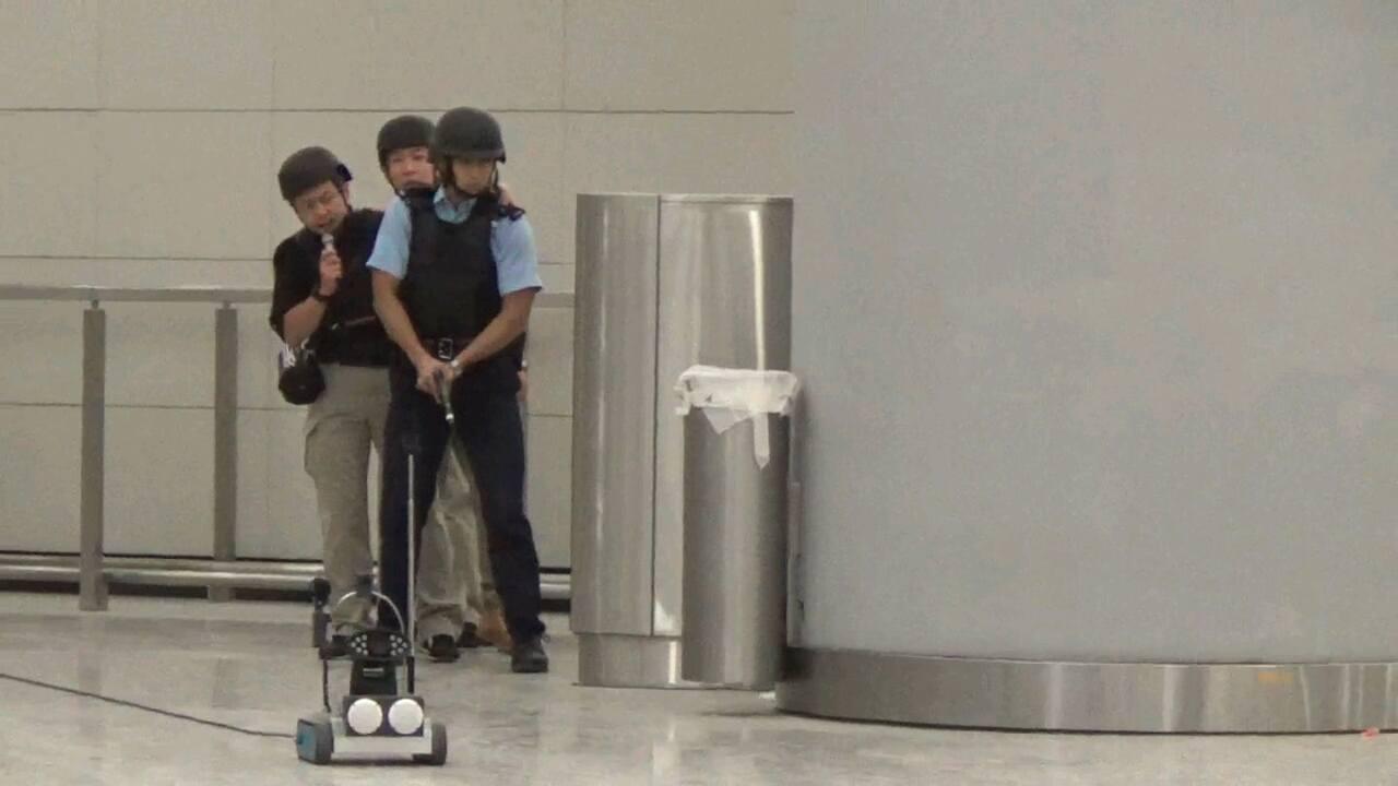 香港警方出動談判機械人與恐怖份子對話。香港01新聞