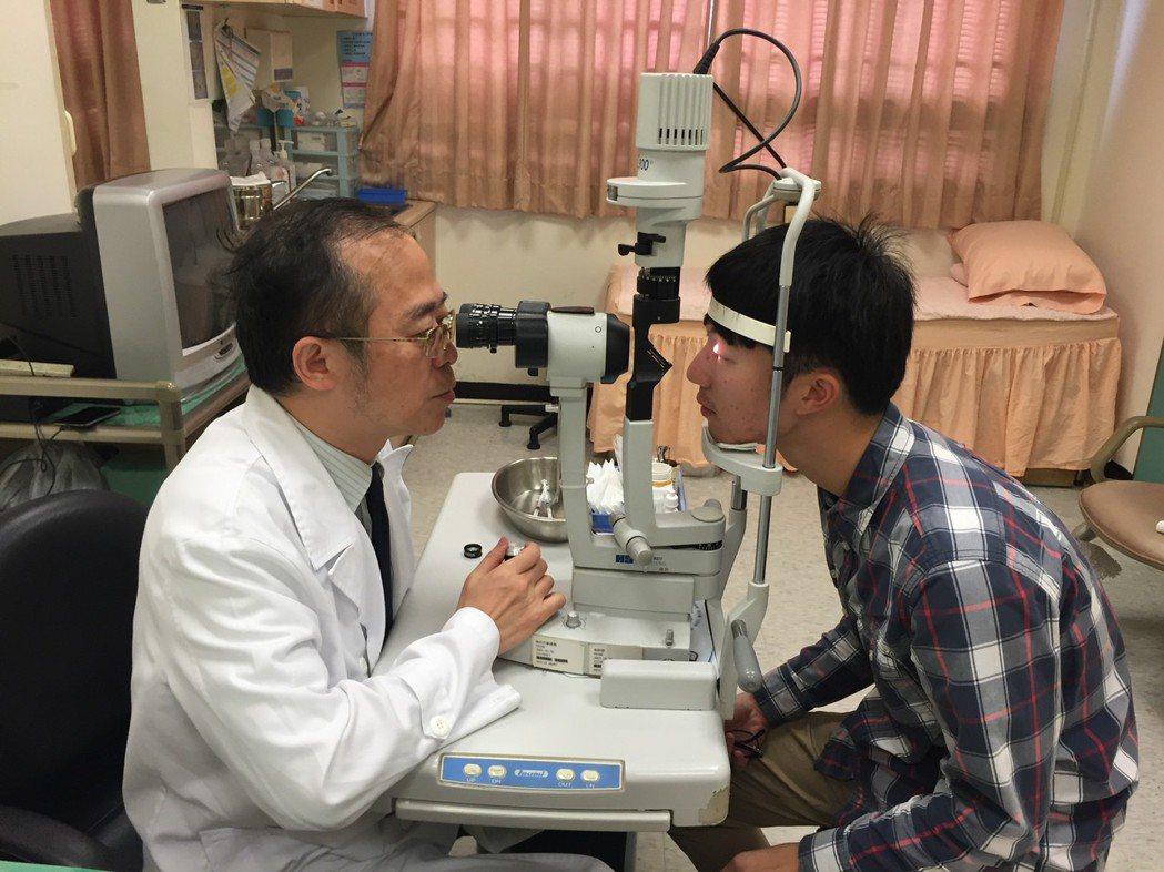 新竹國泰醫院眼科主任陳瑩山發現,最近來門診的中小學生病患中假性近視的人數遽增,經...