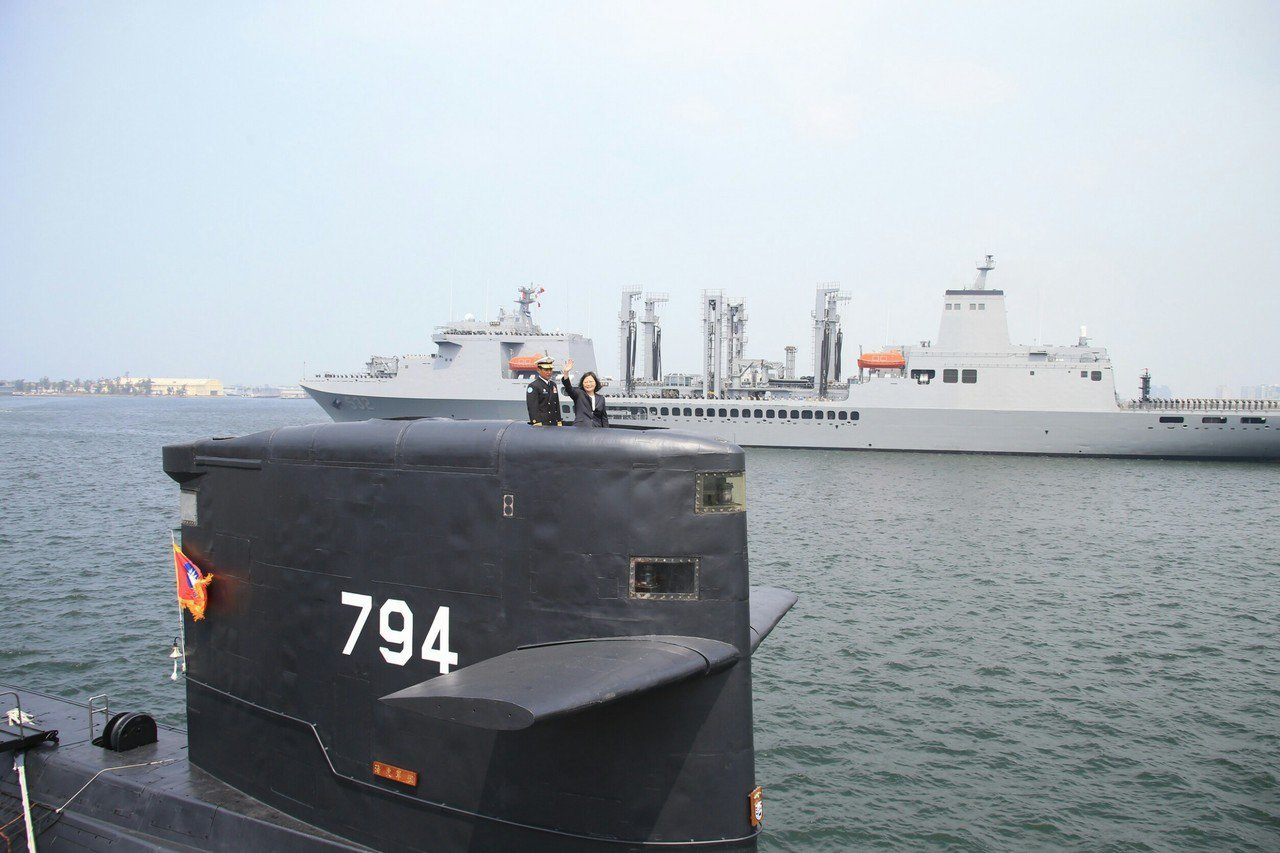 蔡總統去年到左營軍港,替海軍敦睦艦隊送行,並登上海虎號潛艦,宣事前建國造決心。圖...
