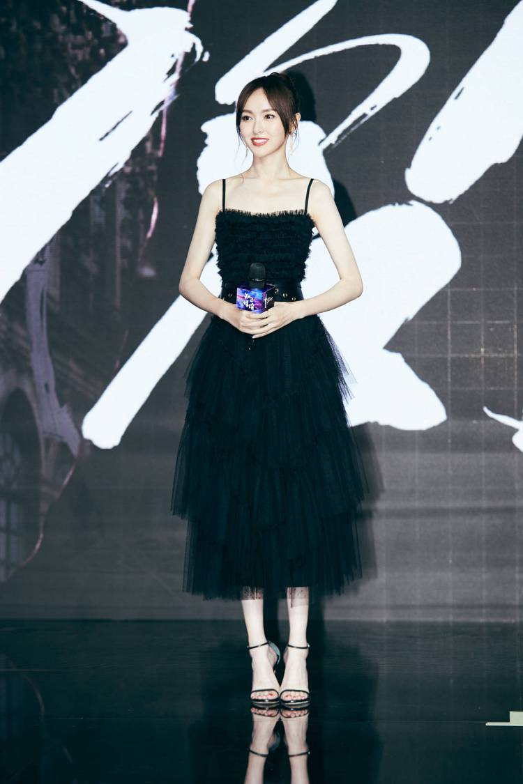 唐嫣穿上REDValentino黑色薄紗蛋糕裙洋裝出席活動,化身叛逆小公主。圖/...