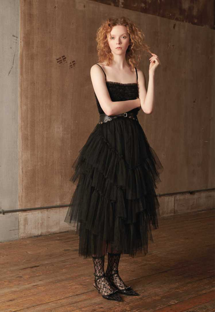 REDValentino早秋一系列浪漫宮廷女孩風的設計,以蕾絲、薄紗、蛋糕裙、荷...