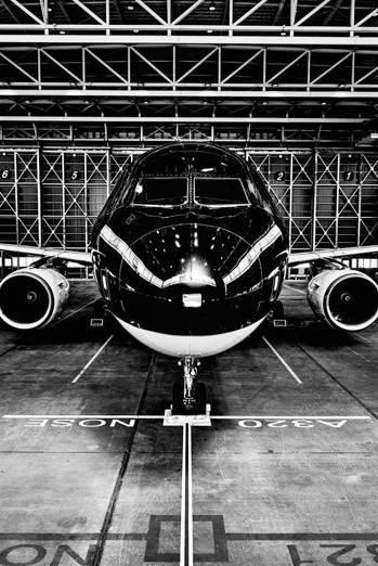 星悅航空主打黑色為主色調,引進空中巴士A320。圖/星悅航空提供