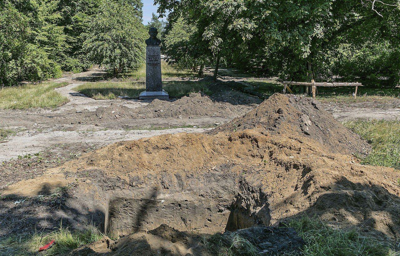 波蘭北部城市比德哥什的兒童樂園預定地,日前挖出約8萬人類骸骨,疑似是17世紀殖民...