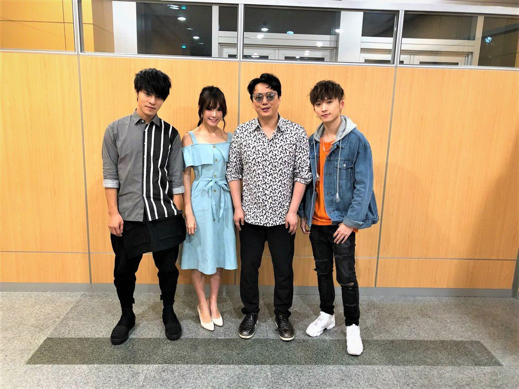 蕭煌奇(右二)率景涵(左起)、吳心緹、邱鋒澤為公益獻唱。圖/無限延伸音樂提供