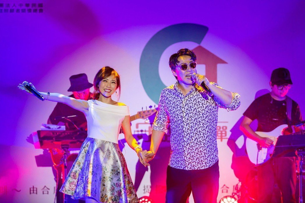 蕭煌奇(右)偕同愛徒吳申梅合唱。圖/無限延伸音樂提供