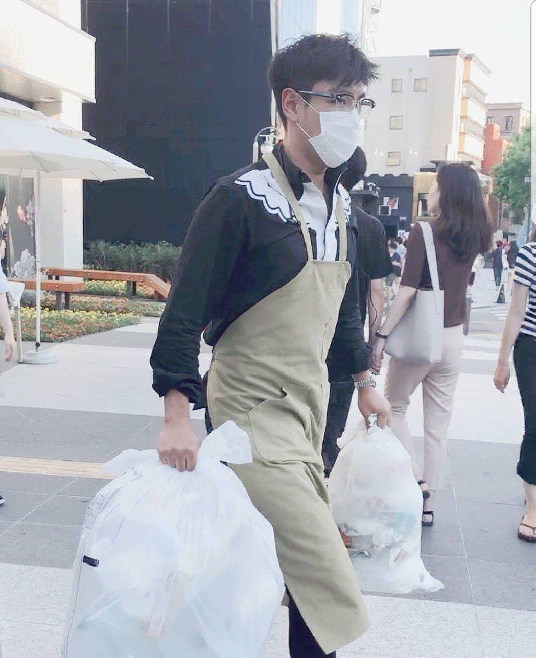 T.O.P每天都被粉絲拍他倒垃圾。圖/摘自_uro_IG