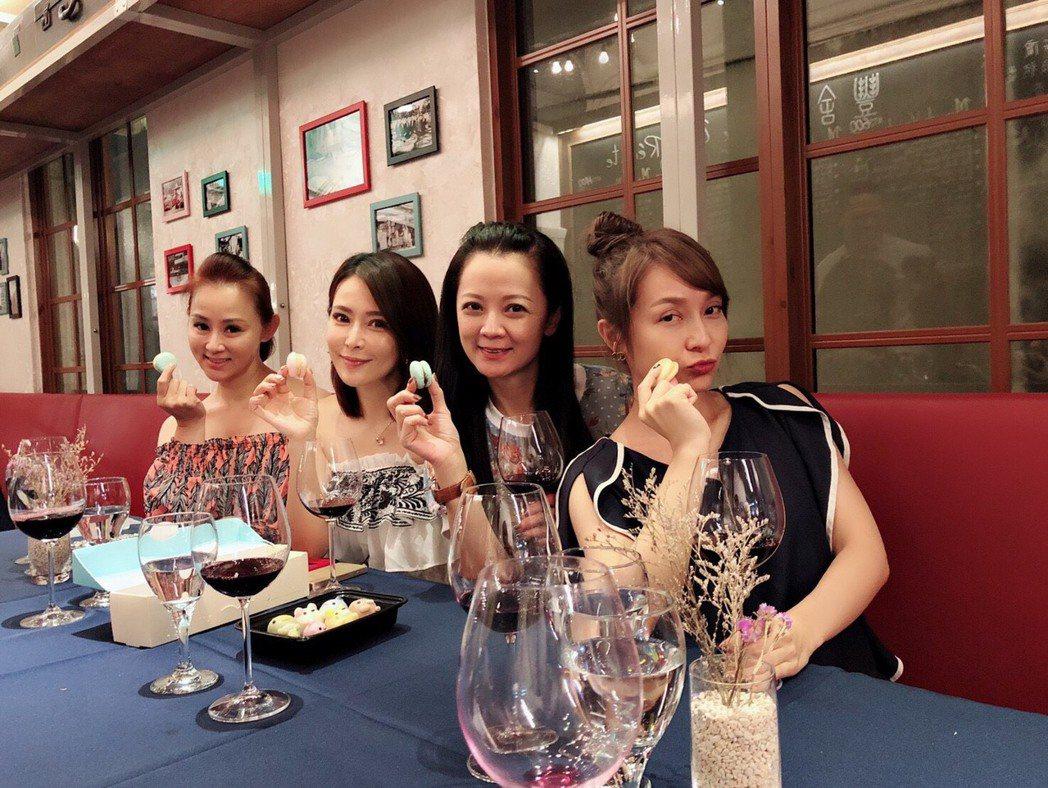 兵家綺(左起)、德馨、高欣欣、李珞晴4美魔女經常在一起聚會。圖/民視提供
