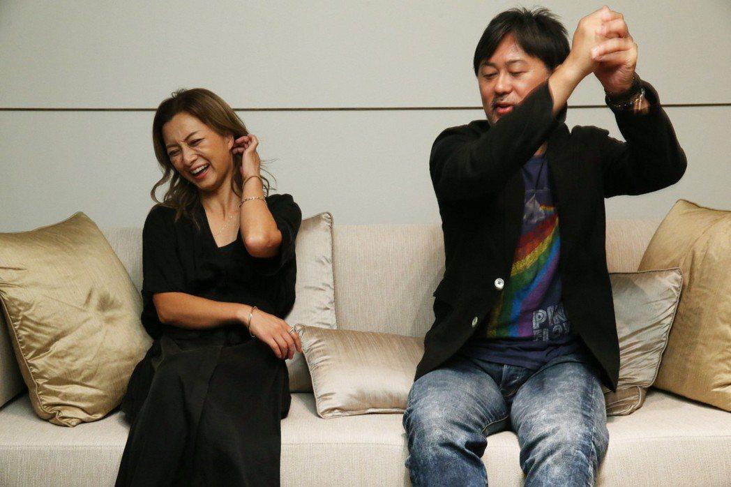 大渡亮猜測台灣人靠拜拜度過低潮,動作笑壞伴都美子。記者林俊良/攝影