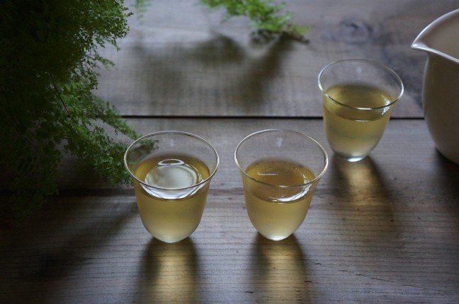 準備兩只小杯,一杯放鬆地喝,喝完了之後,再把另一杯倒進來。圖/盧怡安提供