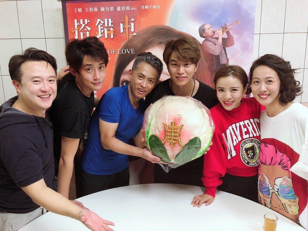 蕭景鴻(右三)過36歲生日,大家送上壽桃替他慶生。圖/相信提供