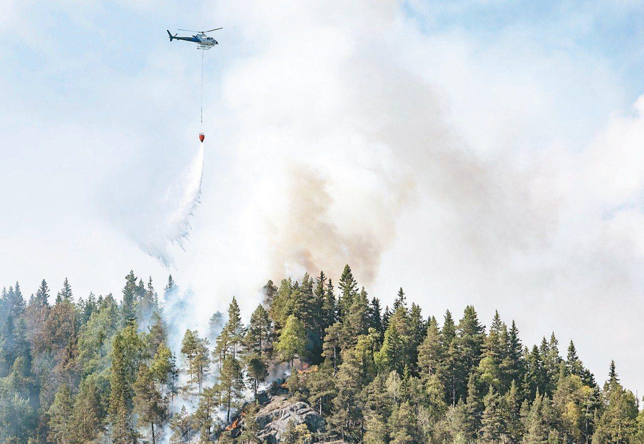 挪威本月遭熱浪侵襲,氣溫常超過卅二度,天乾物燥使得野火頻傳,十四日出動直升機撲滅...