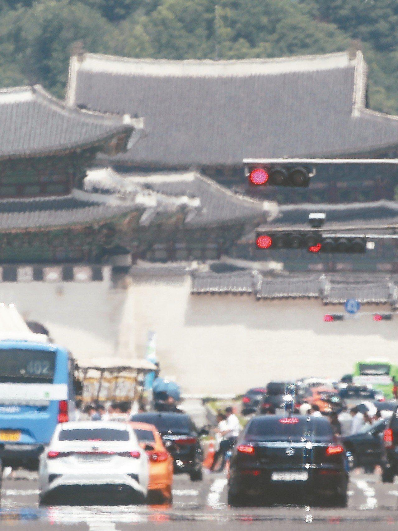 南韓首爾十六日熱氣蒸騰,使街上影像模糊。 (歐新社)