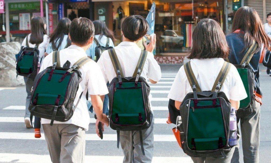 上班時間的僵化,使得父母無法陪伴孩子,很多小孩放學後只能去安親班。 圖/聯合報資...