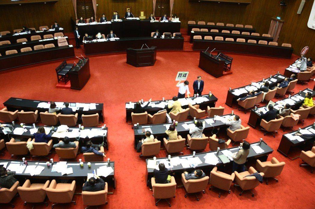 曾有立委提案再修改為只要法院判決為6月以下徒刑,一律准予易科罰金,但並未通過。 ...