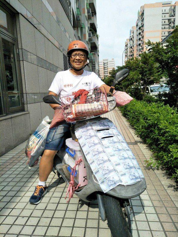 有「財神總統」封號的黃宏成,也打算投入嘉義市長選戰,他將機車外殼貼滿千元玩具鈔,...