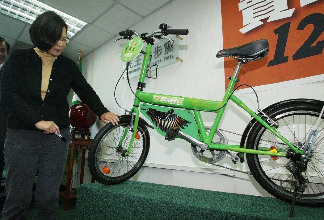 2010年民進黨為籌募五都競選經費,拍賣黨主席蔡英文輔選騎遍全台的「小鷹號」單車...