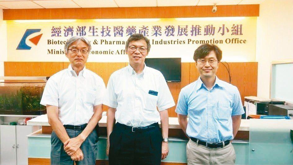 日本製藥工業協會、藥品公司多位專家近日訪台參觀生技展,包括JPMA藥事部長松本法...