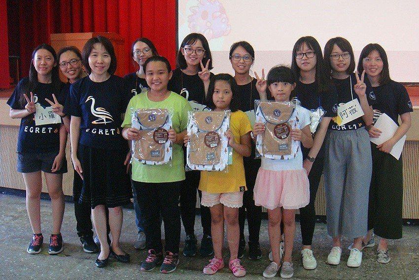 三位獲得最佳導覽獎的學童,與青年導覽員的合影。 元智大學/提供