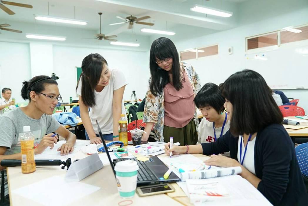 由專業講師引導學員互相交流。 長榮大學/提供