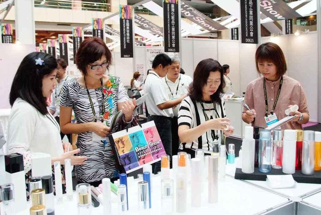 貿協透過海外61個駐點,擴大邀請各國買主來台參觀美容展,圖為去年展會現場。 ...