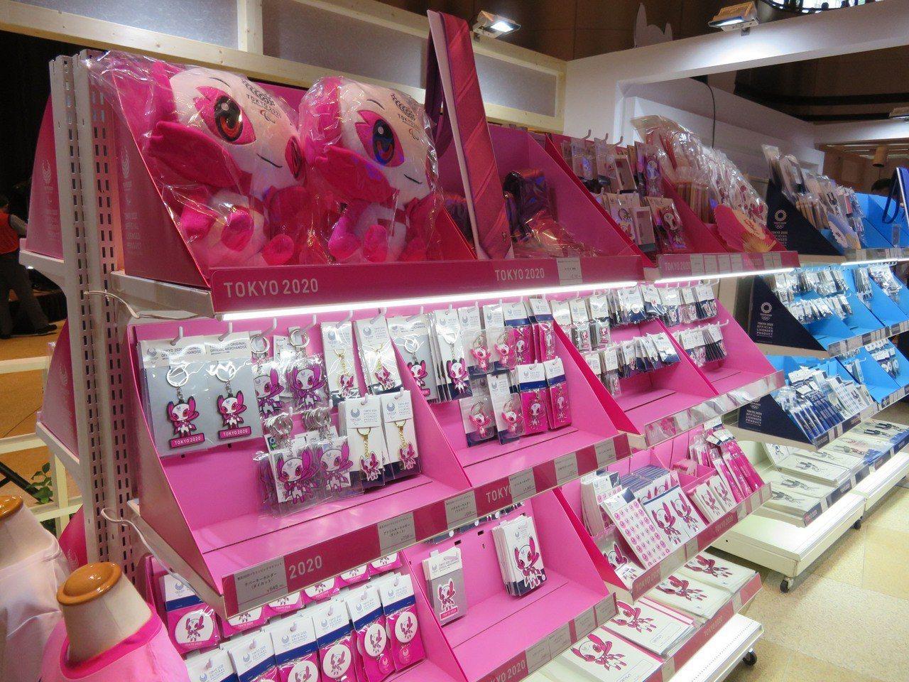 東京奧運周邊商品開賣。 中央社
