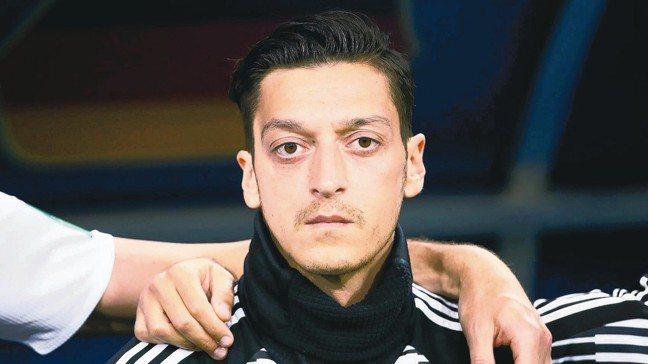 厄齊爾在德國兵敗世界盃後飽受批評,他無預警宣布退出國家隊,不滿遭到種族歧視。 路...