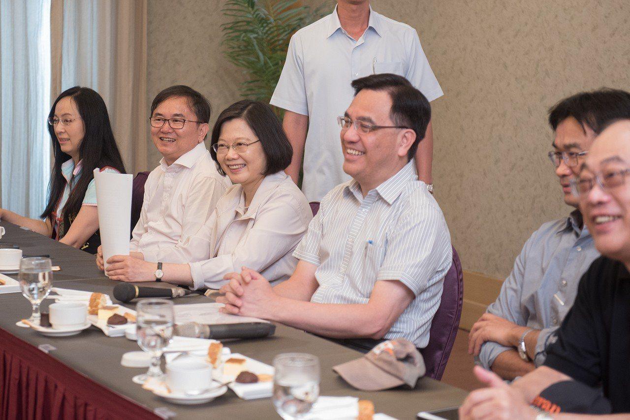 蔡英文總統(左三)在台東與媒體團進行早餐會。圖/總統府提供