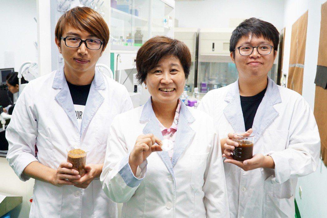 大葉大學食科系教授宋祖瑩(中)證實,紅藜殼具有開發為美妝原料的潛力。 大葉大學/...