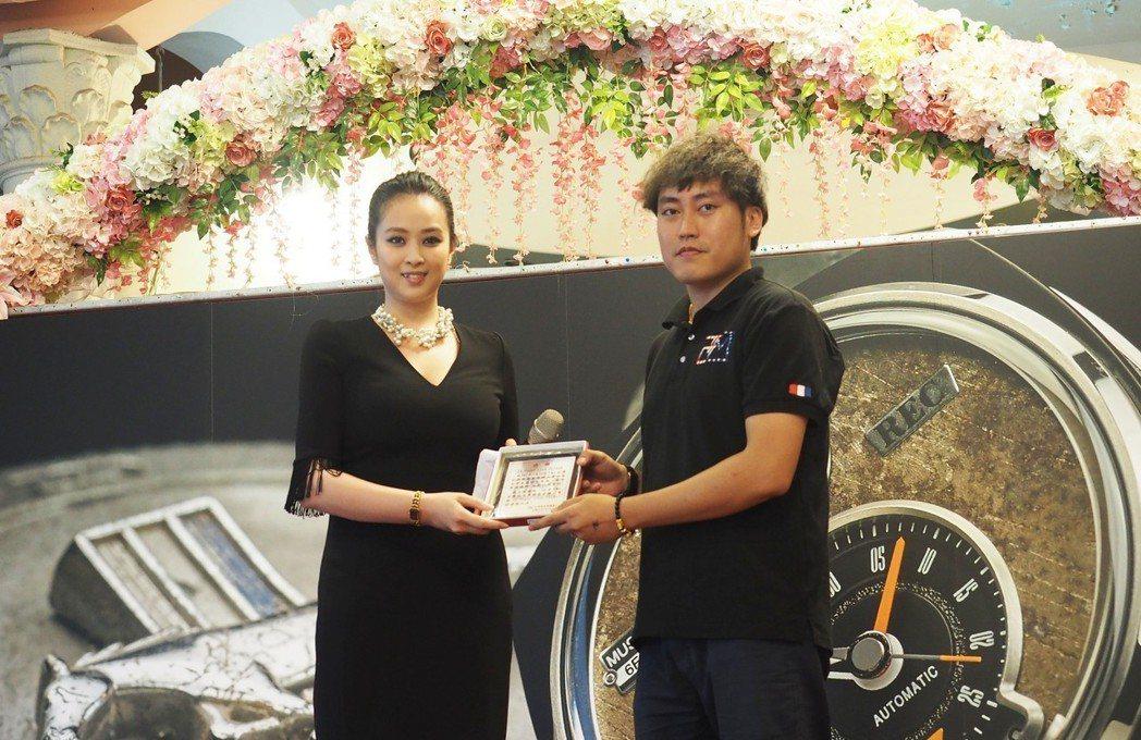 王星雅(左)擔任FX POWER車隊總召,與美國肌肉車聯盟TMC聯合舉辦大會師。...