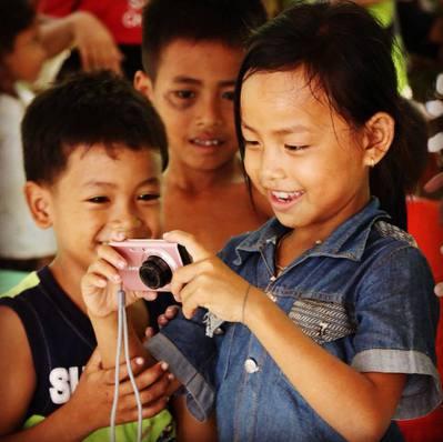 柬埔寨的兒童正在練習使用相機。圖/張維提供