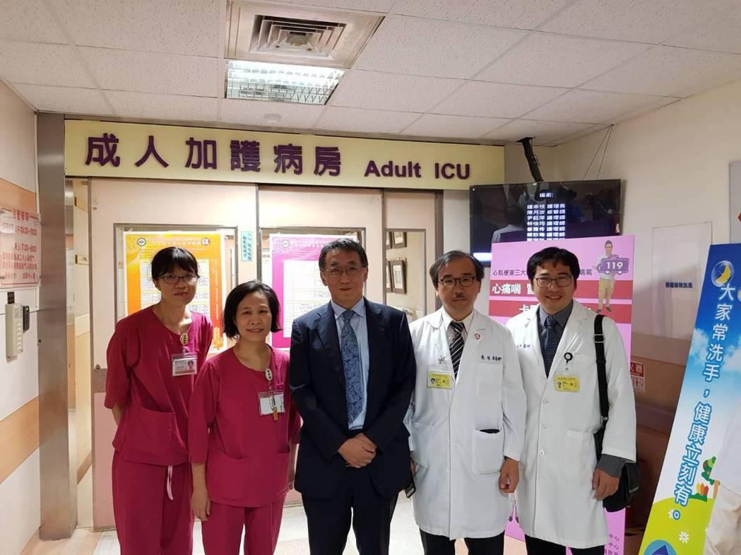 日本岡山醫學中心松原廣己教授參訪加護病房 高雄榮總/提供。