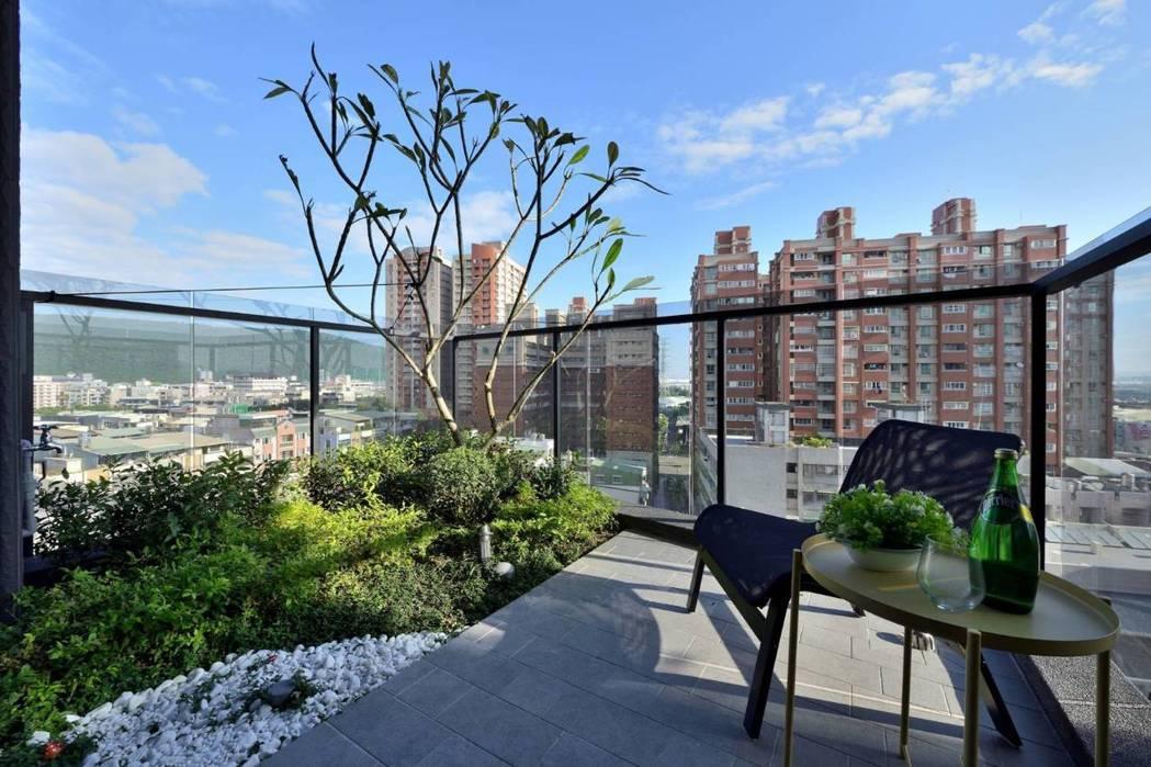 3米深景觀陽台可減少陽光直射入室內,讓室內降溫,同時住戶可蒔花植草,多一處和大自...