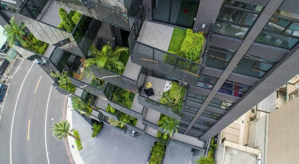 「高雄厝」的垂直森林讓建築物呼吸,有能力面對極端氣候變遷的挑戰,居住其間,讓人住...