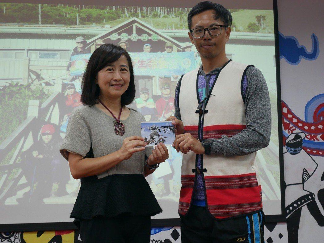 教育局長林奕華代表將學員親手寫的卡片送給老師。 新北教育局/提供。