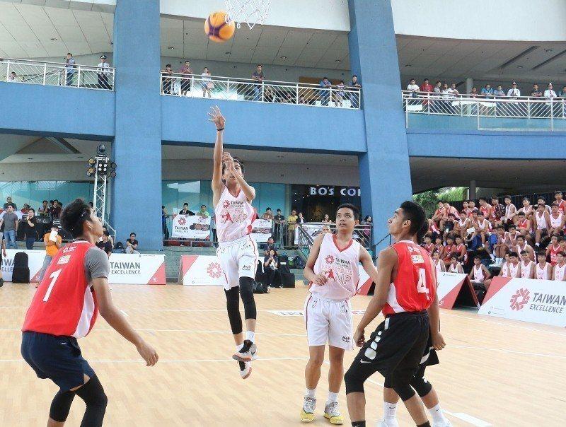 在馬尼拉舉行的「台灣精品籃球營」3對3鬥牛比賽現場實況。 貿協/提供