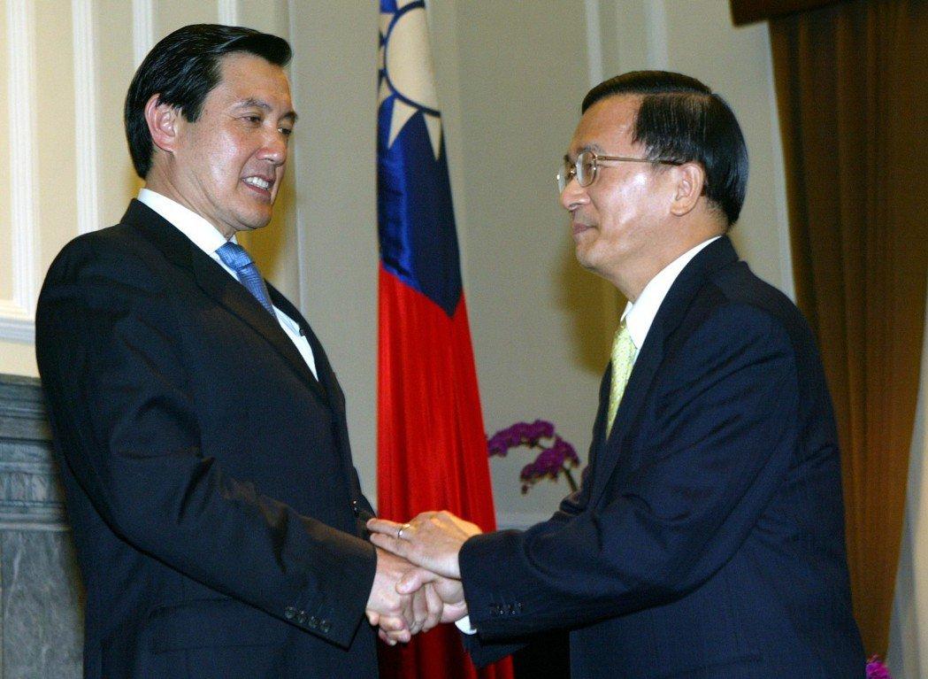 2006年時任總統的陳水扁(右)與國民黨主席馬英九(左)在總統府晴廳會面,雙方就...