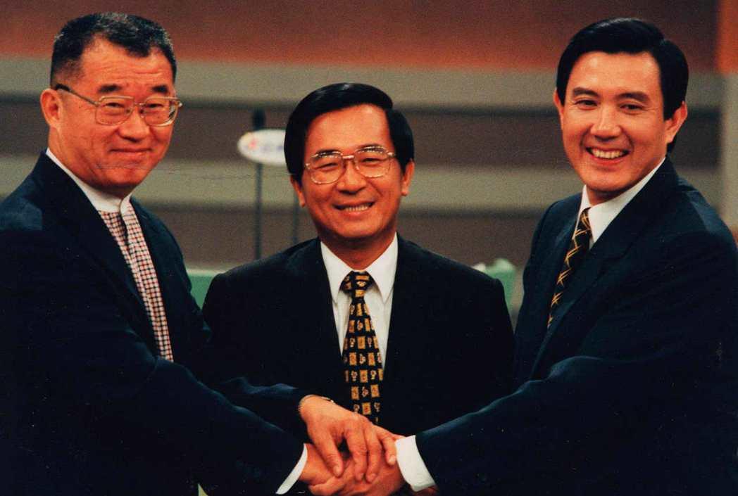 1998年台北市長選舉第五場辯論會前,三位候選人馬英九、陳水扁及王建煊(由右至左...