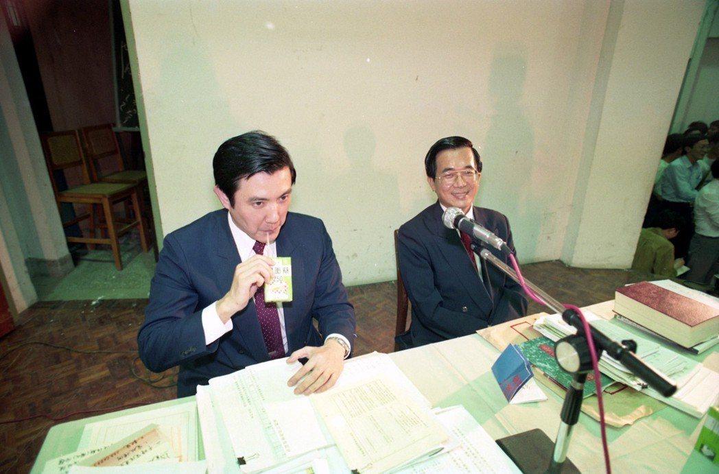 1991年台灣大學舉行「修憲對制憲」大辯論,行政院研考會主委馬英九(左)、民進黨...