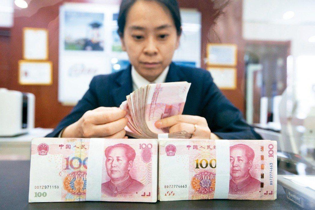 今年1月起,在大陸工作的工資,可以用「跨境人民幣」方式匯出。 (中新社)