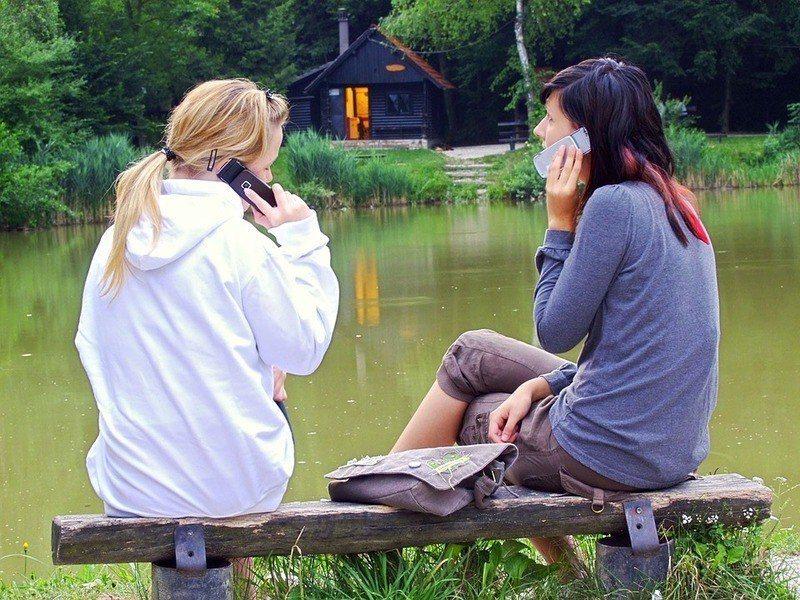 瑞士環境暴露與健康主任羅斯建議,民眾可使用耳機、擴音功能來避免電磁波傷害。(ph...