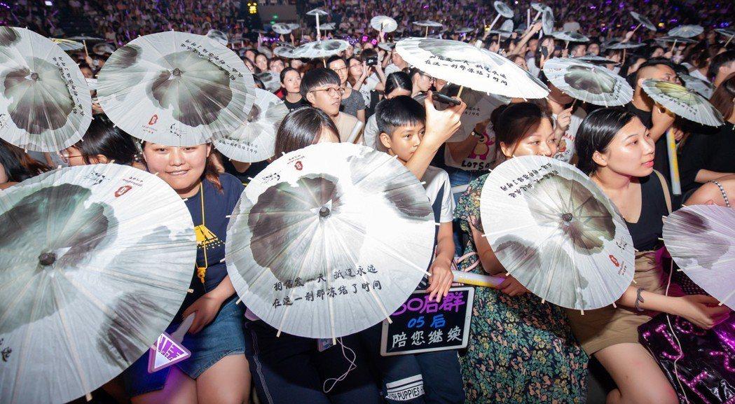 萬名粉絲撐起水墨油紙傘,營造出古色古香的江南意境。圖/JFJ Productio...