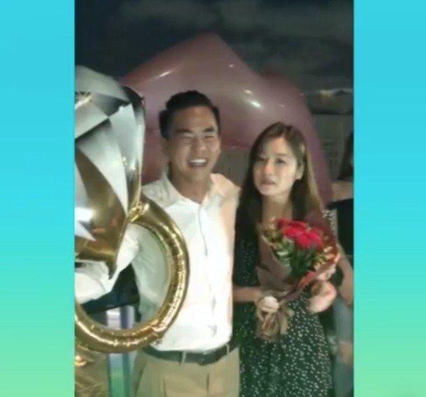 柯有倫(左)向圈外女友求婚成功。圖/摘自臉書