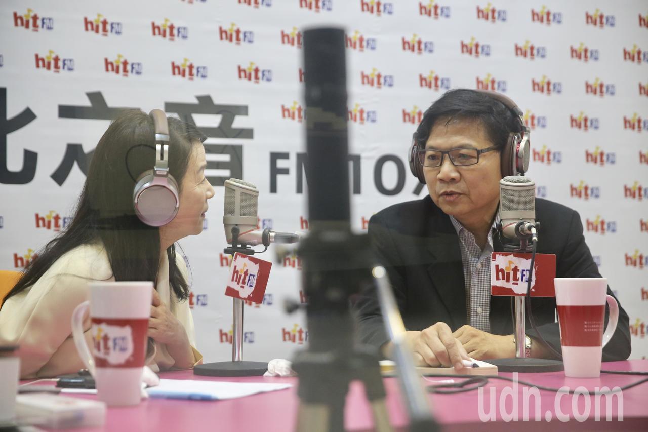 教育部部長葉俊榮(右)上午到《蔻蔻早餐》接受周玉蔻(左)專訪,針對台大校長遴選案...