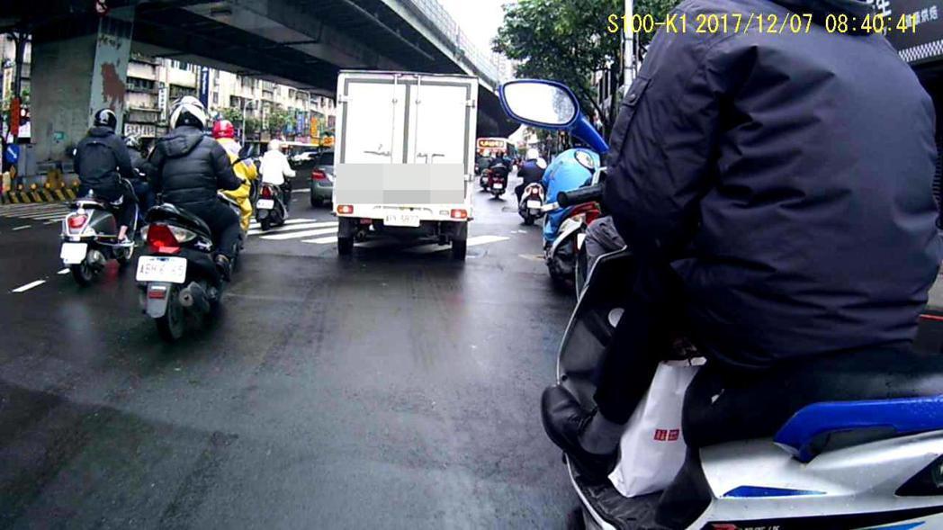 林姓男子騎車上班時單手騎車,被後方民眾錄影檢舉。圖/警方提供