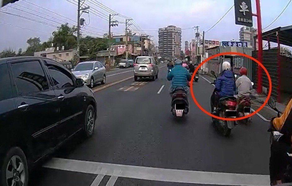 高雄市大寮區林姓男子同樣被錄影單手騎車八秒,他提告稱沒有危險駕駛,屏東地院卻認為...