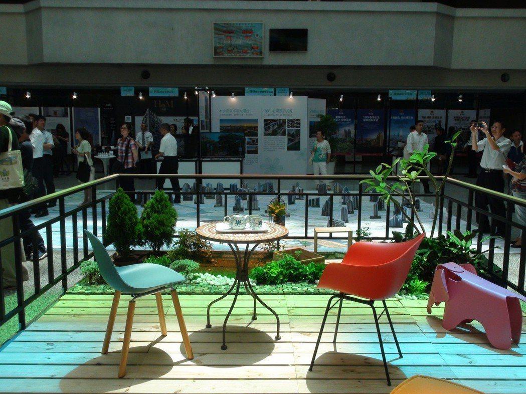 高雄厝最大的爭議是在陽台外推到3公尺,增加綠化空間,但內政部認為是「虛坪 」。記...