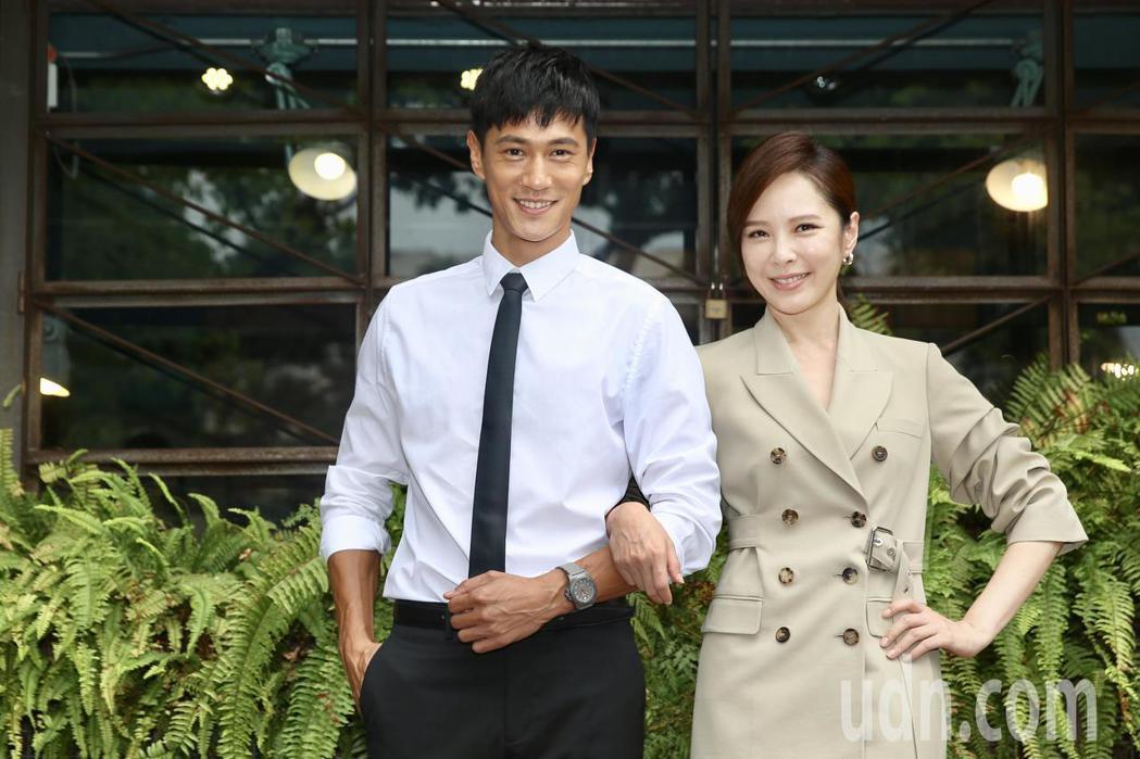 天心(右)、鍾承翰(左)宣傳新戲《最佳利益》。記者林伯東/攝影