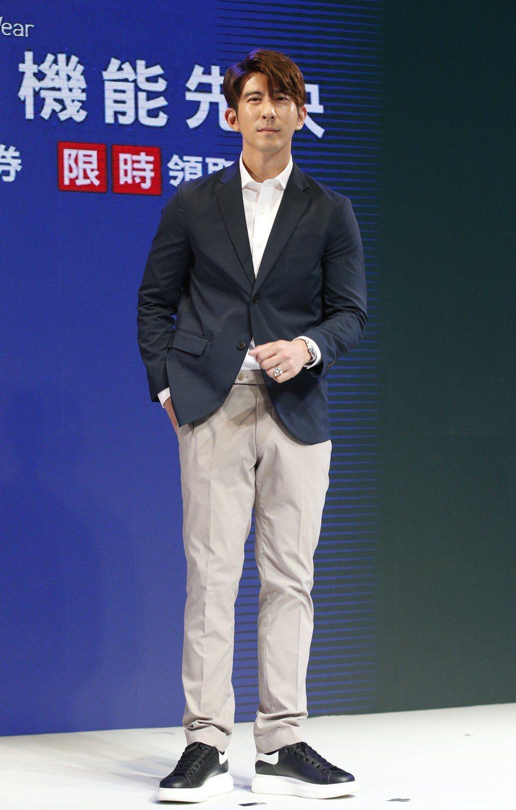 UNIQLO推出「超效男子 機能優先」男裝系列,邀請超效代表「男神暖爸」修杰楷代...