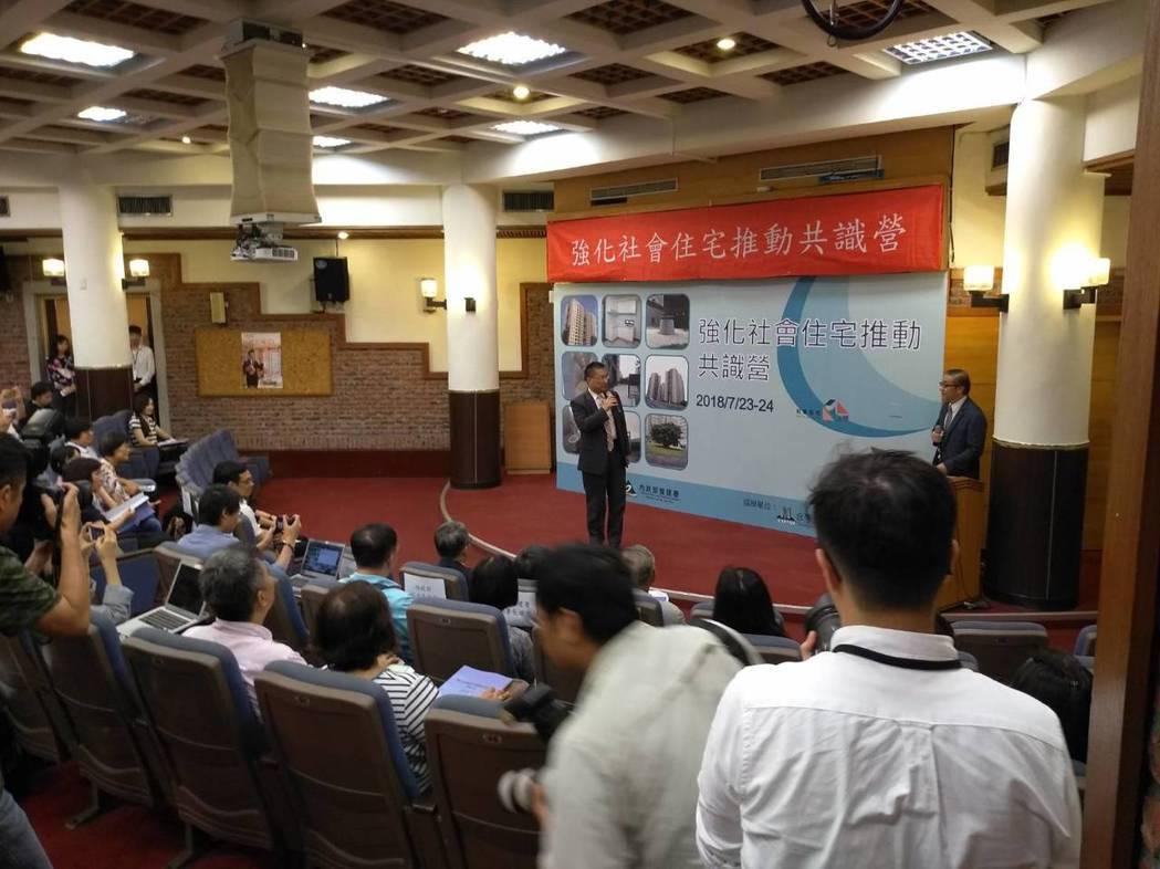 內政部長徐國勇表示,社會住宅興建順利,預計明年底就可達到4萬戶目標,等於比預定期...